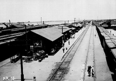 Estación ferroviaria junto a puerto marítimo, vista general