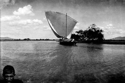 Velero navega en el lago de Chapala, paisaje