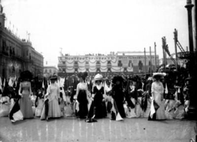 Mujeres y estudiantes en la Jura de Bandera