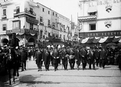 Funcionarios caminan por avenida durante desfile de las fiestas del Centenario
