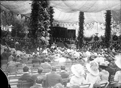 Porfirio Díaz y comitiva presiden ceremonia durante los festejos del centenario, en Chapultepec