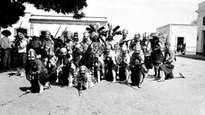 Huehuenche y danzantes, retrato de grupo