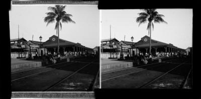 Gente en una estación de ferrocarríl, panorámica