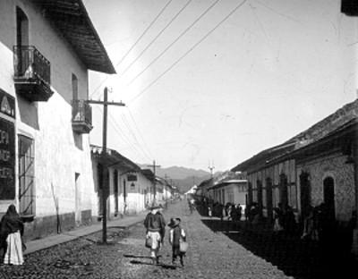 Gente deambula en una calle, vista general