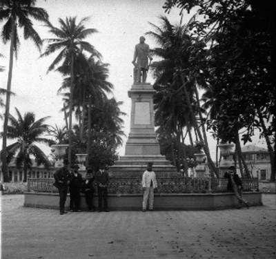 Hombres junto al monumento a Manuel Gutiérrez Zamora en la alameda, retrato de grupo