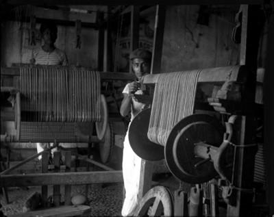 Trabajador junto a un telar, retrato