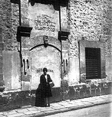 Mujer afuera de una iglesia, retrato
