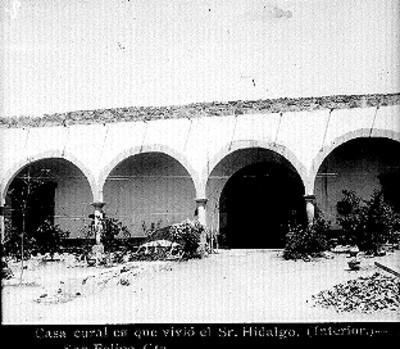 """Patio de la """"Casa cural en que vivió el Sr. Hidalgo"""", vista parcial"""