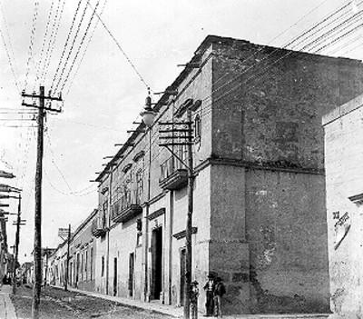 Hombres afuera de la casa que habitó José María Morelos y Pavón