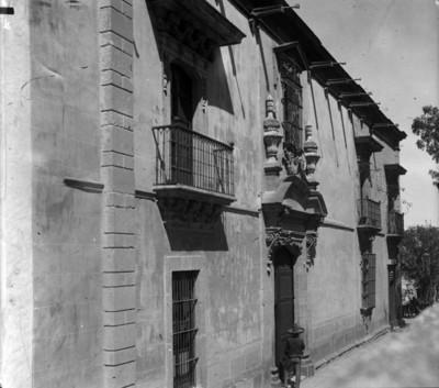 Hombre a la entrada de la casa que habitó Ignacio Allende