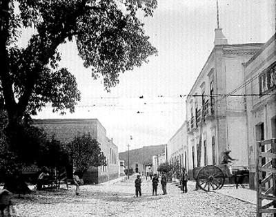 Gente frente al Palacio Municipal de Zinapécuaro