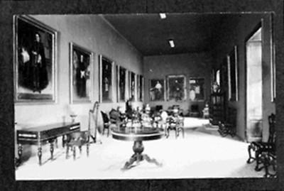Sala de exhibición de un museo, vista general