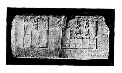 Lápida maya con relieves antropomorfos y numerales, detalle