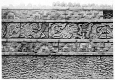 Vista parcial de la estructura del coatepantli en Tula, reprografía