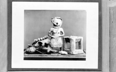Escultura antropomorfa, incensario y cuentas, detalle