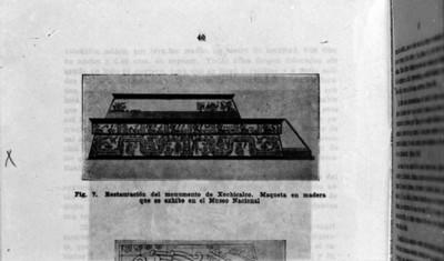 Maqueta en madera referente a la restauración del monumento de Xochicalco en una publicación, reprografía