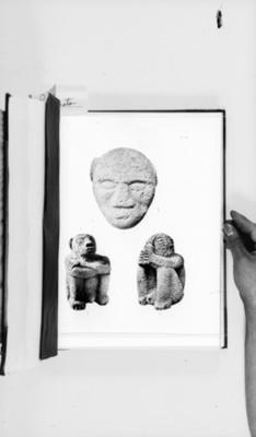 Mascara y figuras antropomorfas en estado sedente, reprografía