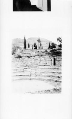 Vista parcial de las escalinatas de un teatro griego, reprografía