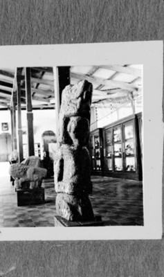 Sala de museo con cerámica esculturas antropomorfas, reprografía