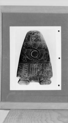 Urna egipcia con grabados antropomorfos y zoomorfos, ilustración