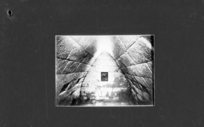 Interior de una cámara funeraria en el palacio del gobernador en Uxmal, reprografía