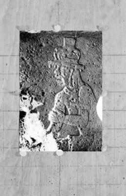 Lápida con relieve antropomorfa, detalle