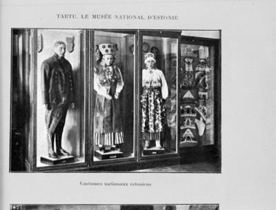 Trajes típicos de Estonia exhibidos en el museo de Tartu, reprografía