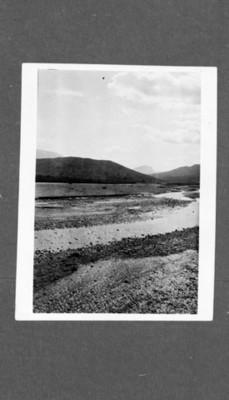 Vista parcial de río con poca agua en su cause, reprografía