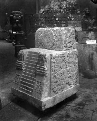 Teocalli de la guerra sagrada, exhibido en el Museo Nacional, vista frontal