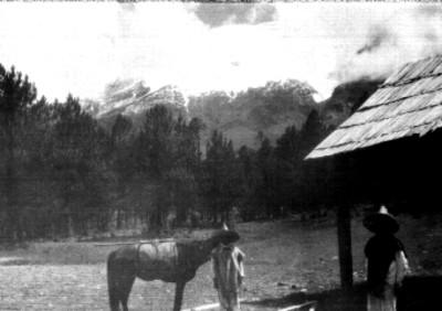 Popocatépetl con campesinos y caballo en primer plano