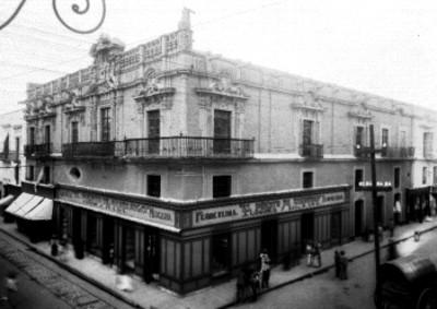 Transeúntes pasan por la Casa de los Marqueses en Puebla
