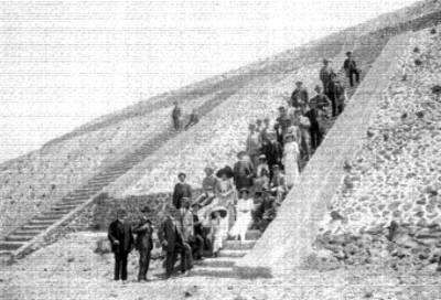 Gente en las escaleras de la pirámide del Sol, retrato de grupo