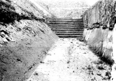 Patio y escaleras de templo prehispánico, cala 108