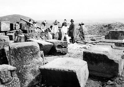 Hombres restauran lápidas in situ