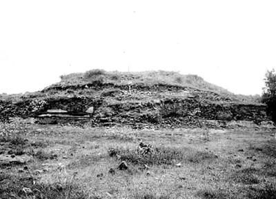 Basamento piramidal antes de excavación, vista parcial