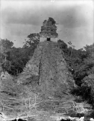 Pirámide del Adivino, antes de su restauración, vista parcial
