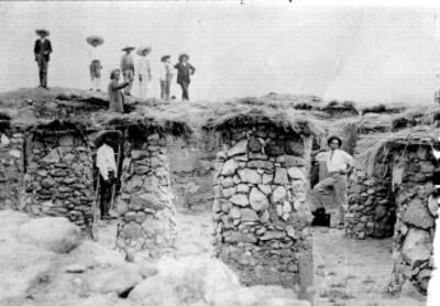 Trabajadores en un conjunto habitacional prehispánico