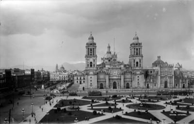 Catedral Metropolitana con plaza en primer plano