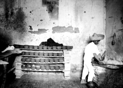 Alfarero en su taller de cerámica