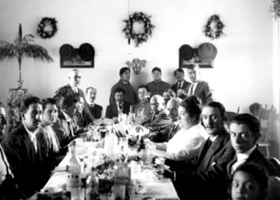 Guillermo de Landa y Escandón y otras personas durante banquete
