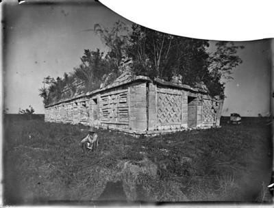 Hombre sentado a un costado de la Casa de las Monjas