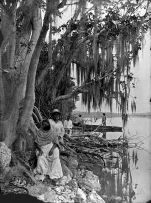 Campesinos a la orilla de un lago
