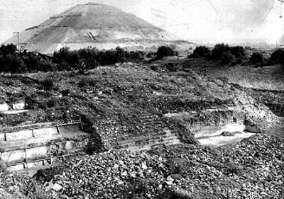Basamento piramidal en proceso de reconstrucción, al fondo la Pirámide del sol