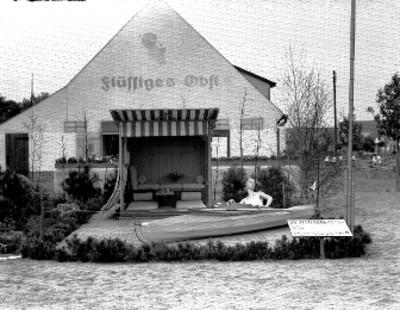 Maniquí en velero frente a una casa, exhibición de arquitectura moderna