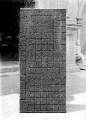 Lápida calendárica maya exhibida en el Museo Nacional