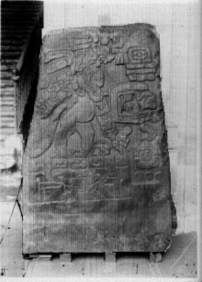 Estela maya con relieve escultórico, fragmento