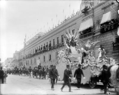 Desfile frente a Palacio Nacional