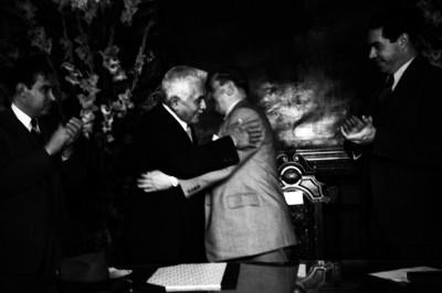 Julián Carrillo felicitando a un hombre durante una ceremonia