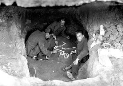 Manuel Gamio y otros arqueólogos con restos encontrados en el Tunel 3