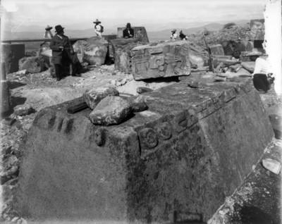 Leopoldo Batres supervisa la excavaciones del Templo de Quetzalcoátl